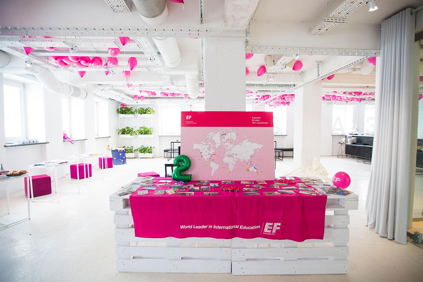Udekorowana sala, w której odbywa się event wzmacniający kreowanie wizerunku marki