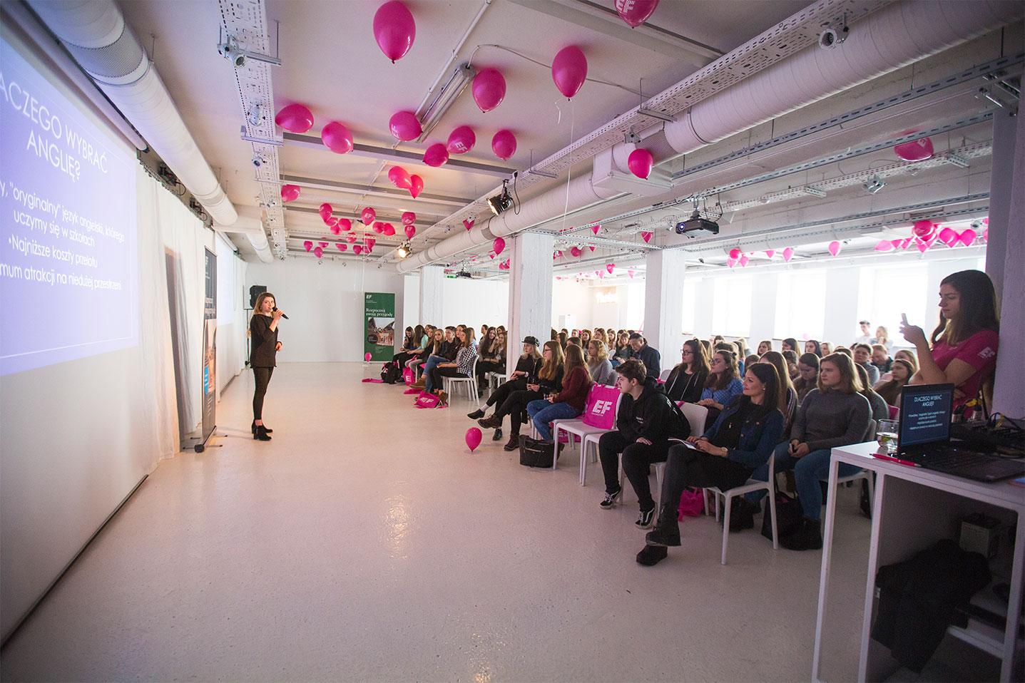 Przedstawicielka firmy wygłaszająca prezentację dla uczestników eventu wzmacniającego kreowanie wizerunku marki