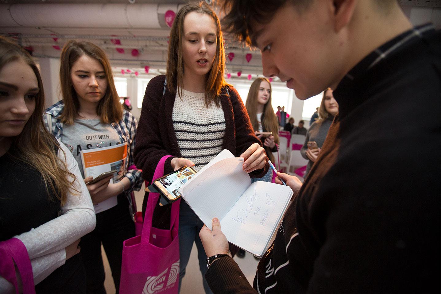 Youtuber Janek Dąbrowski składa autograf podczas eventu wzmacniającego kreowanie wizerunku marki