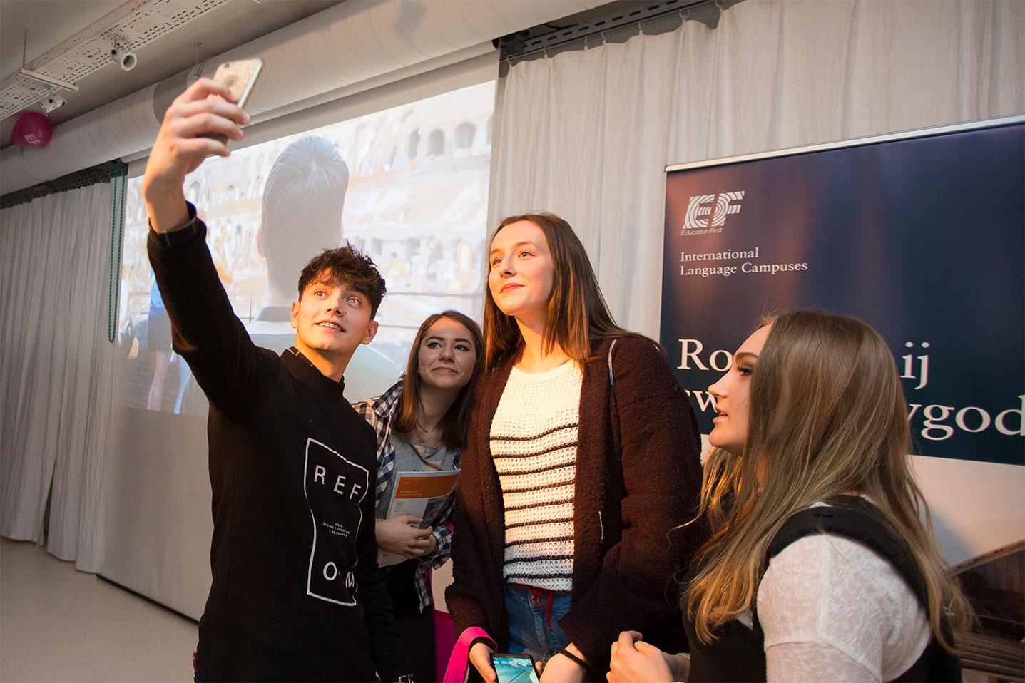 Youtuber Janek Dąbrowski robi selfie z uczestniczkami eventu wzmacniającego kreowanie wizerunku marki