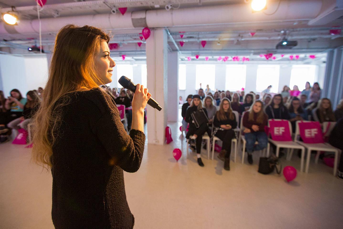 Przedstawicielka firmy przemawiająca podczas eventu wzmacniającego kreowanie wizerunku marki