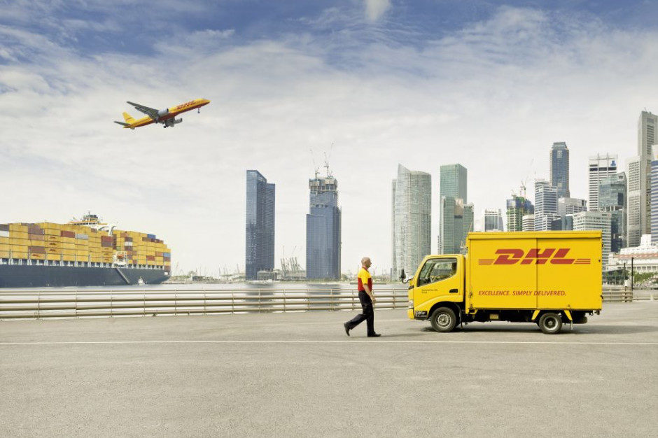 Statek, samolot, ciężarówka oraz pracownik firmy DHL na tle miasta