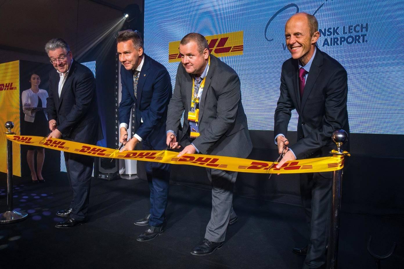 przecinanei wstęgi na uroczystośc wyodrębnienia marki  DHL Express