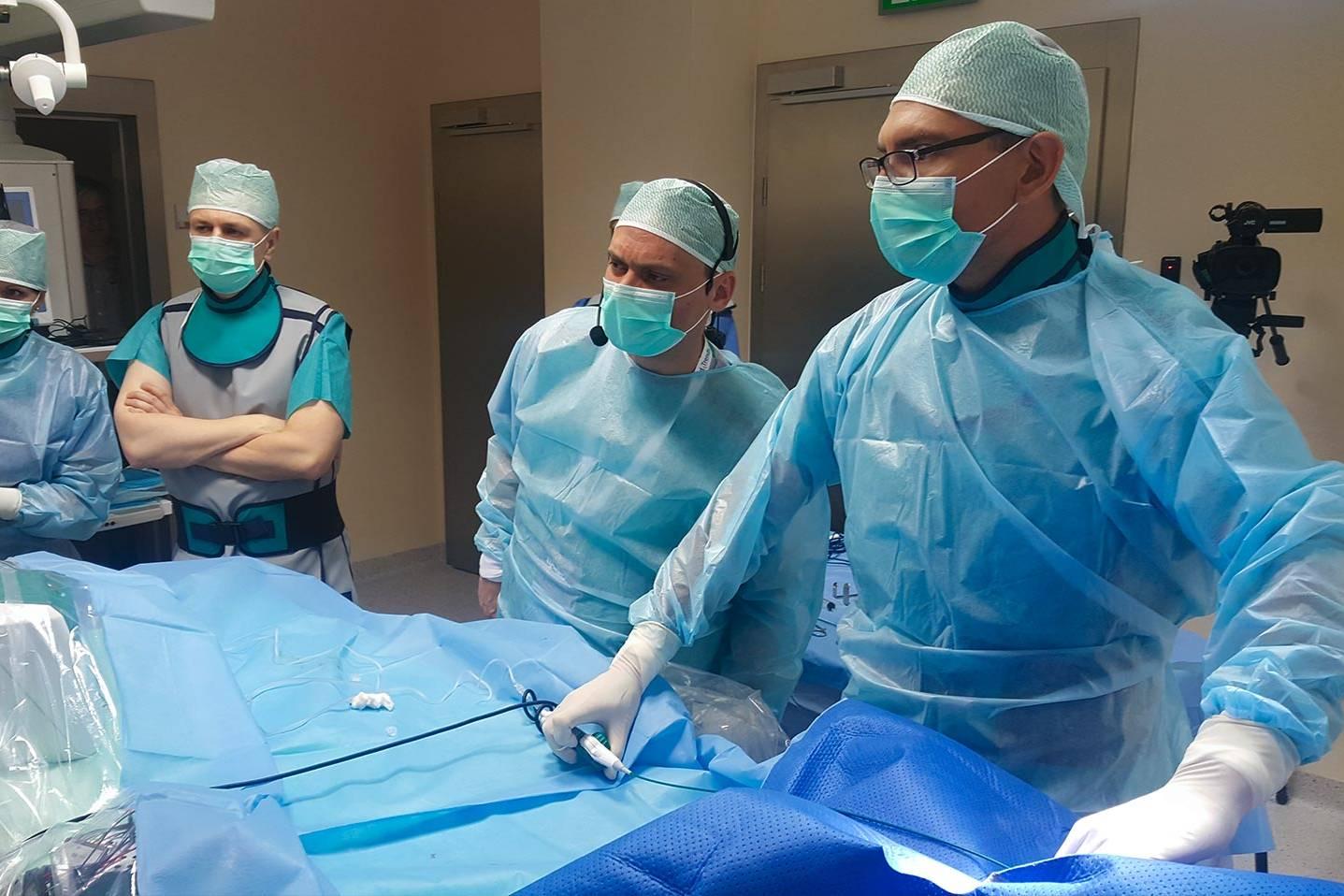 Grupa lekarzy w sali operacyjnej