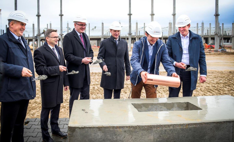 Przedstawiciele firmy na spotkaniu prasowym podczas wmurowania kamienia węgielnego w Gardnie pod Szczecinem