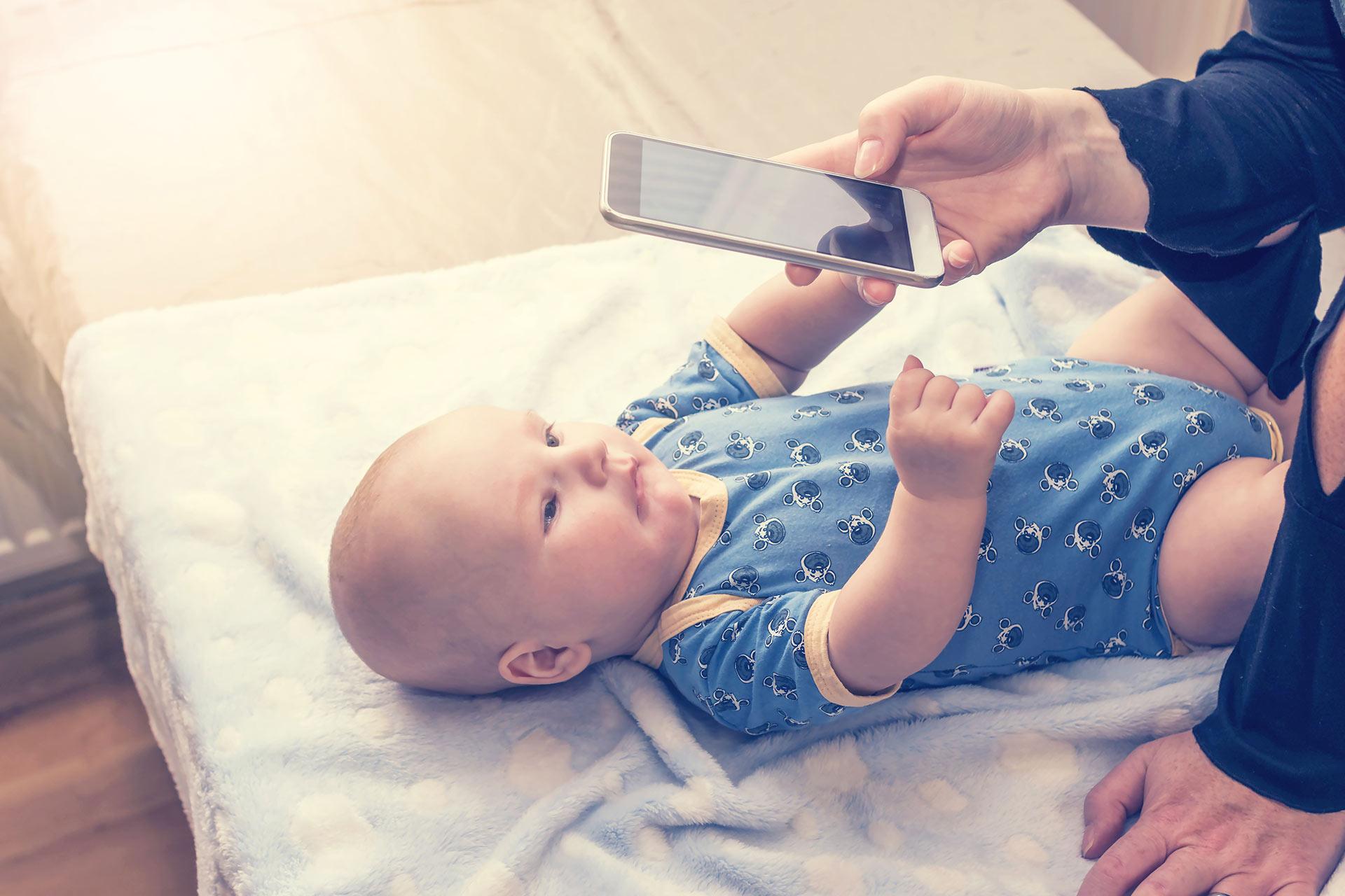 Rodzic robiący zdjęcie dziecku | agencja clue PR