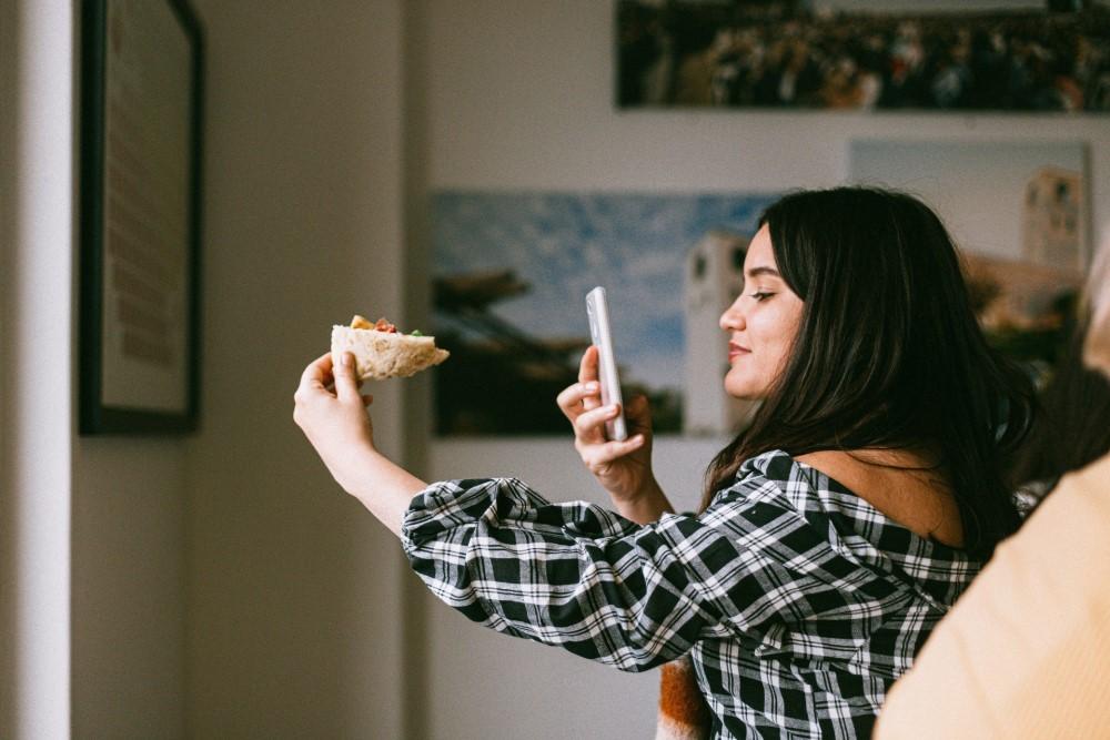 kobieta robiąca zdjęcie telefonem