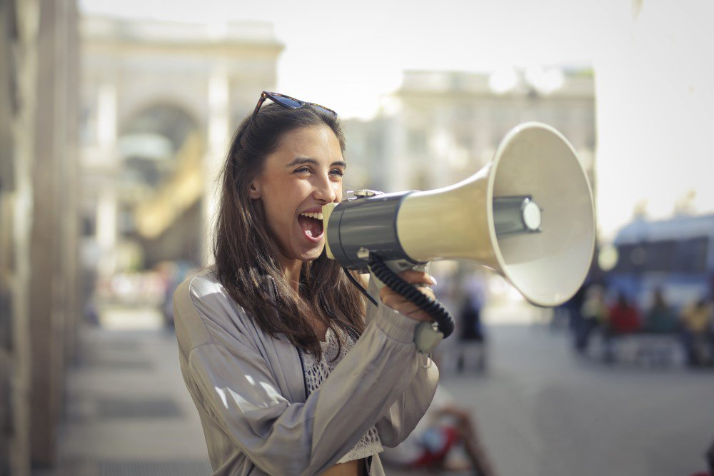 kobieta z megafonem